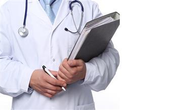صحة المصريين فى خطر.. مرضى يعانون.. وأطباء يهاجرون.. وحلول الحكومة محل خلاف