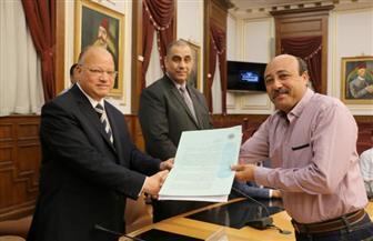 محافظ القاهرة يسلم 11 عقد تمليك لمستثمري منطقة شق الثعبان | صور