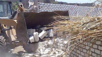 إزالات فورية لـ 8 حالات تعد وبناء مخالف بطما وحي شرق سوهاج| صور