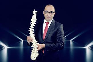 لتأكيد عالمية رسالة مؤسسة الأزهر.. فوز جراح مصري بجائزة المركز الأول من المجموعة السويسرية | صور