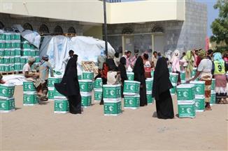 مركز سلمان للإغاثة يوزع 3589 كرتونة من السلال الغذائية على النازحين في اليمن |صور