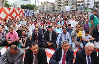 المئات يؤدون صلاة العيد في ميدان الساعة بدمياط |صور