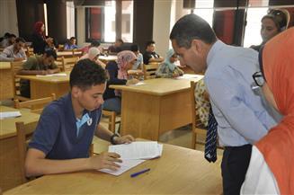 رئيس جامعة قناة السويس يتفقد لجان الامتحانات بالكليات