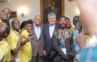 نجل الزعيم الراحل جمال عبد الناصر يستقبل شباب منحة ناصر للقيادة الإفريقية| صور