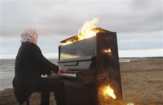 بيانو مشتعل على شاطئ البحر يحقق انتشارا واسعا |فيديو