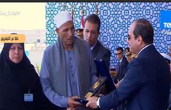 الرئيس السيسي يقبل رأس والد الشهيد الرقيب أحمد محمد عبدالعظيم أثناء تكريمه| صور
