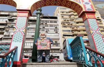 فنان تشكيلي يجول شوارع مصر لشرح لوحاته للمواطنين.. هذه قصته | صور