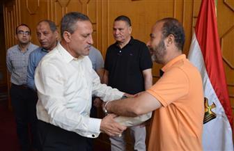 محافظ الإسماعيلية يسلم تأشيرات الحج وتذاكر السفر لبعثة حجاج الجمعيات الأهلية| صور