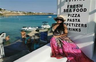 رانيا يوسف تظهر بإطلالة صيفية في اليونان