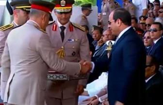 مدير الكلية الحربية يهدي الرئيس السيسي كتاب الله