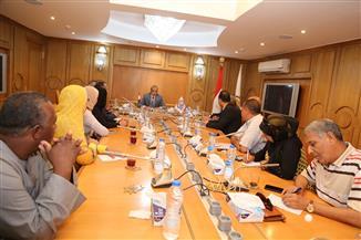 محافظ قنا يسلم 3 عقود لجمعيات أهلية لتنفيذ مشروعات لشباب الخريجين