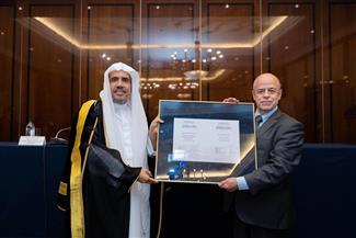 """""""العيسى"""" يحصل على الدكتوراه الفخرية لجهوده في تعزيز العلاقة بين العالم الإسلامي وروسيا"""