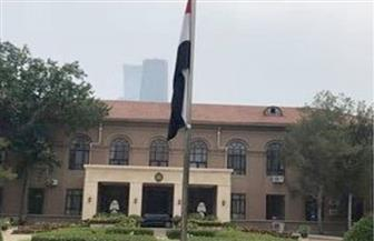 سفارة مصر في بكين تنكس العلم حدادا على وفاة قايد السبسي