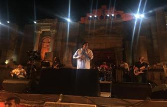 الكينج محمد منير يبدأ حفله في ختام جرش بأغنية بلاد العرب بلادي| صور