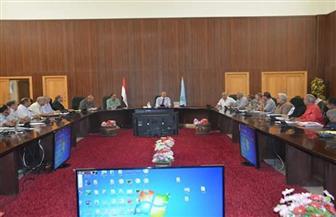 محافظ البحر الأحمر يستعرض الموقف التنفيذي لتطوير العشوائيات