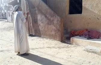 """لم يتحلل جثمانها منذ 3 أعوام.. """"مصطفى"""" شاب يخرج جثة أمه ويعود بها إلى منزلهما"""