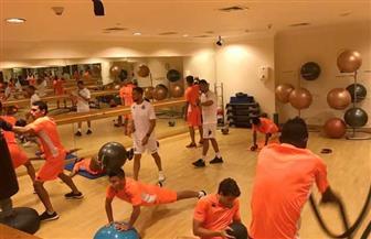 لاعبو بيراميدز يؤدون تدريبات قوية في الجيم