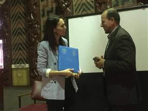"""إمام مسجد النور في نيوزيلاندا يقدم """"وثيقة الأخوة الإنسانية"""" لرئيسة وزراء نيوزيلاندا"""