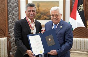 الرئيس الفلسطيني محمود عباس يمنح عمر العبد اللات وسام الثقافة والعلوم والفنون | صور