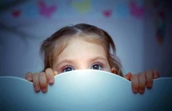 هل يخاف طفلك من الظلام أو الغرباء؟.. 5 أسباب تؤدي لذلك و12 خطوة للعلاج