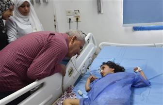 محافظ مطروح يزور طفلة مصابة بارتجاج بالمستشفى بعد استغاثة أسرتها