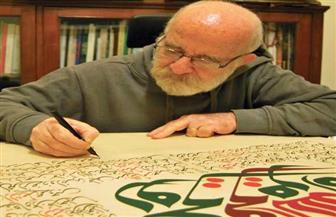 فنان سوري يستلهم أشعار محمود درويش فى لوحات خطية | صور