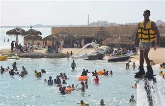 إقبال كبير من المصطافين على شواطئ مطروح في أول أيام عيد الأضحى | صور