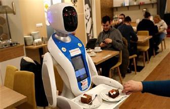 الروبوت النادل يقدم القهوة في اليابان