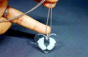 مصممة ألمانية تصنع مجوهرات من لبن الأم