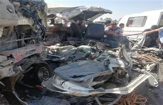 مصرع وإصابة 14 شخصا في حادث تصادم مروع بالصف