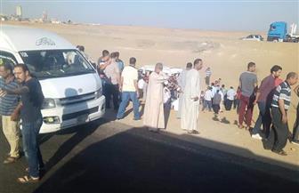 مصرع شخص وإصابة 12 آخرين في انقلاب ميكروباص بالطريق الصحراوي الغربي | صور