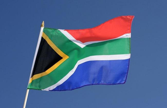 جنوب إفريقيا تحظر رفع علمها القديم -