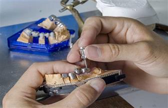 ضبط معمل غير مرخص لتصنيع الأسنان والتركيبات الصناعية بمواد خام مجهولة المصدر