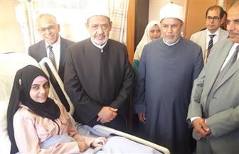 الإمام الأكبر يتفقد مستشفى جامعة الأزهر التخصصي ويطمئن على طالبة طب الأسنان | صور