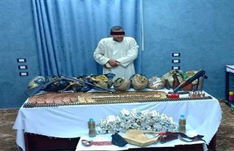 القبض على مسجل خطر بحوزته بندقيتان ومخدرات في كوم أمبو| صور