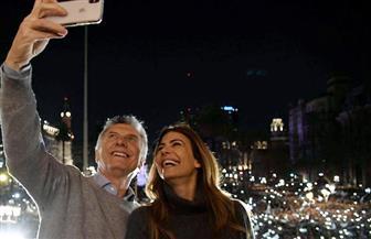 """رئيس الأرجنتين يبدأ حملته الانتخابية بـ""""سيلفى القصر الرئاسى"""" مع زوجته   صور"""