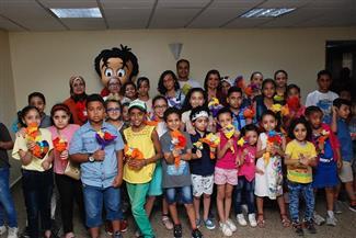 الأطفال يهدون رئيس تحرير مجلة علاء الدين باقة ورود في ورشة المدرب الصغير | صور