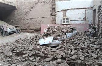انهيار جدار أحد العقارات وسط مدينة الأقصر دون إصابات | صور