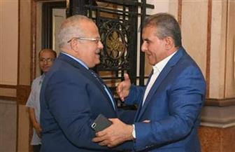 الخشت يبحث مع طاهر أبوزيد سبل تطوير الفرق الرياضية بجامعة القاهرة | صور