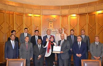 مجلس جامعة الإسكندرية يكرم الدكتورة هالة محفوظ خبيرة لغة الإشارة| صور