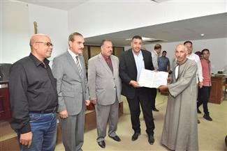 محافظ أسيوط يسلم 11 عقد تقنين جديد للمنتفعين بأراضي أملاك الدولة في 5 مراكز   صور