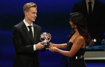 دي يونج نجم برشلونة يفوز بجائزة أفضل لاعب وسط في أوروبا