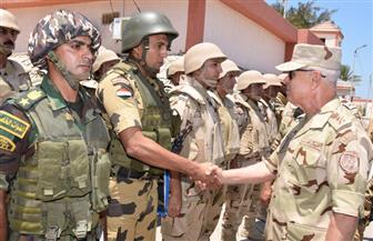 رئيس الأركان يتفقد قوات تأمين شمال سيناء.. ويشيد بالروح القتالية العالية والنتائج المتحققة | صور