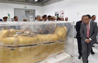 رئيس الوزراء يتفقد التابوت المذهب للملك توت عنخ آمون بعد نقله للمتحف الكبير