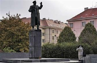 السلطات التشيكية تغطي تمثالا مثيرا للجدل لجنرال سوفييتي