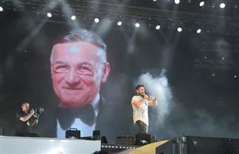 """تامر حسني و""""Gipsy Kings"""" يختتمان حفلات الصيف في العلمين.. وتحية خاصة للراحل عزت أبوعوف  صور"""