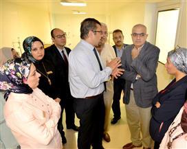 رئيس جامعة المنصورة يتفقد التجهيزات النهائية لوحدة زراعة النخاع بمركز الأورام | صور