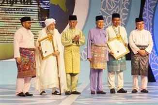ماليزيا تكرم بن بيه بأعلى جائزة تمنحها لعلماء المسلمين | صور