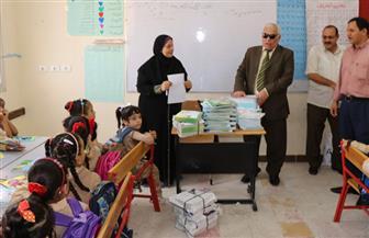 وكيل تعليم البحيرة يتابع توزيع الكتب فى اليوم الأول من العام الدراسي | صور