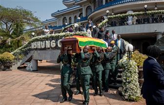 تابوت موجابي يصل زيمبابوي.. وأسرته تؤكد دفنه بنصب تذكاري بالعاصمة هراري| صور